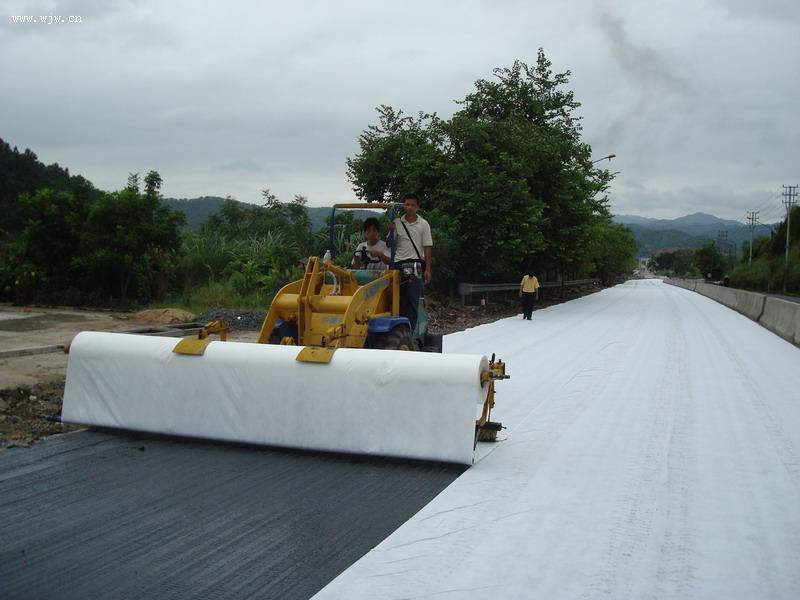 高速公路上土工布养护施工案例
